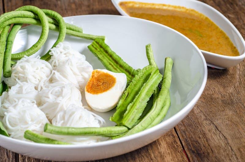 Reissuppennudeln sind die dünnen Nudeln, die vom Reis gemacht werden und sind eine Form von Reisnudeln stockfoto