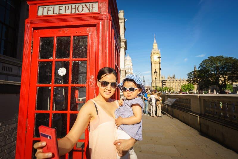 Reistoerist in Londen die selfie foto nemen stock foto's