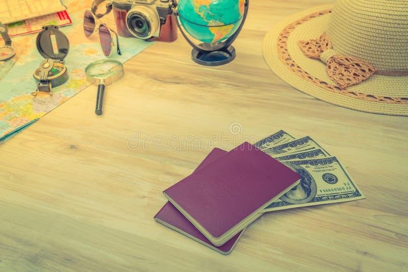 Reisvoorbereiding: kompas, geld, paspoort, wegenkaart, hoed, zon stock foto
