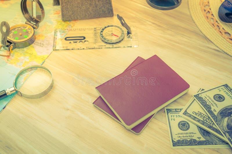 Reisvoorbereiding: kompas, geld, paspoort, wegenkaart, hoed, zon royalty-vrije stock fotografie