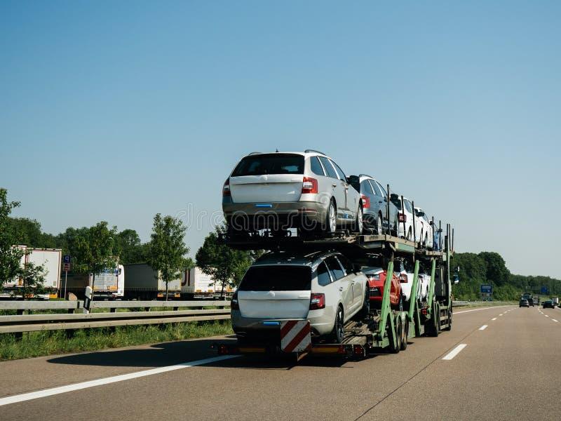 Reit-LKW mit Lieferung Neuwagenfracht Skodas Octavia lizenzfreie stockbilder
