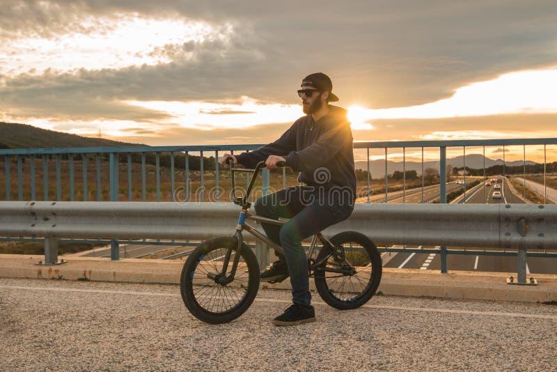 Reiten des jungen Mannes ein bmx Fahrrad Bmx Mitfahrer Städtischer Sport stockbilder
