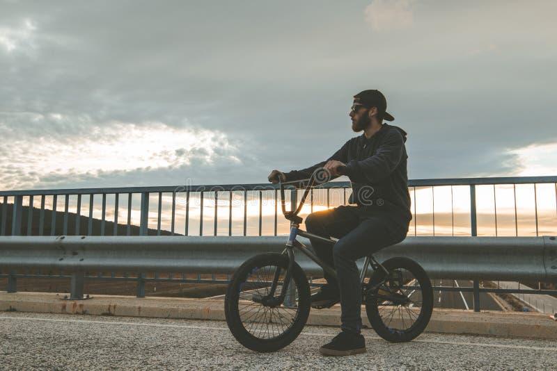 Reiten des jungen Mannes ein bmx Fahrrad Bmx Mitfahrer Städtischer Sport stockfoto