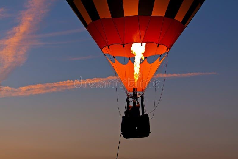 Reiten in einen Heißluft-Ballon bei Sonnenuntergang lizenzfreies stockfoto