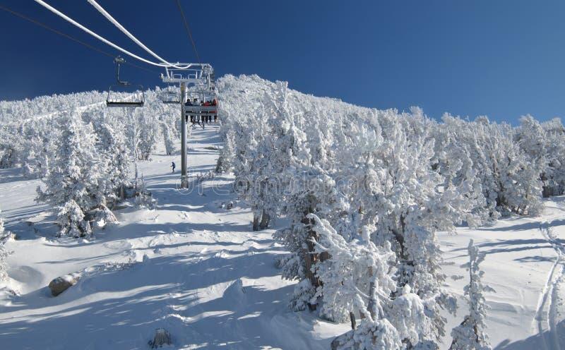 Reiten eines Aufzugs auf einen Skiort lizenzfreies stockfoto