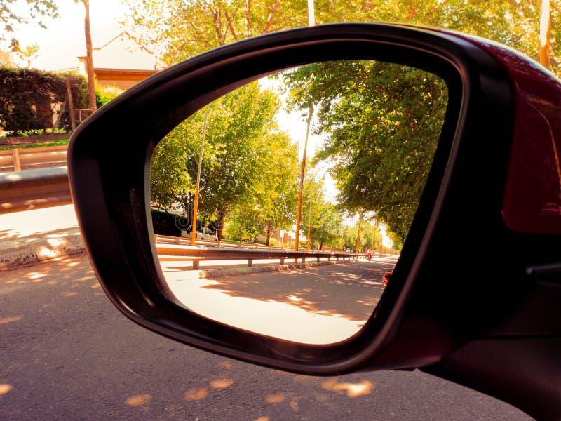Reiten eines Autos in einer ruhigen Stadt stockfotos