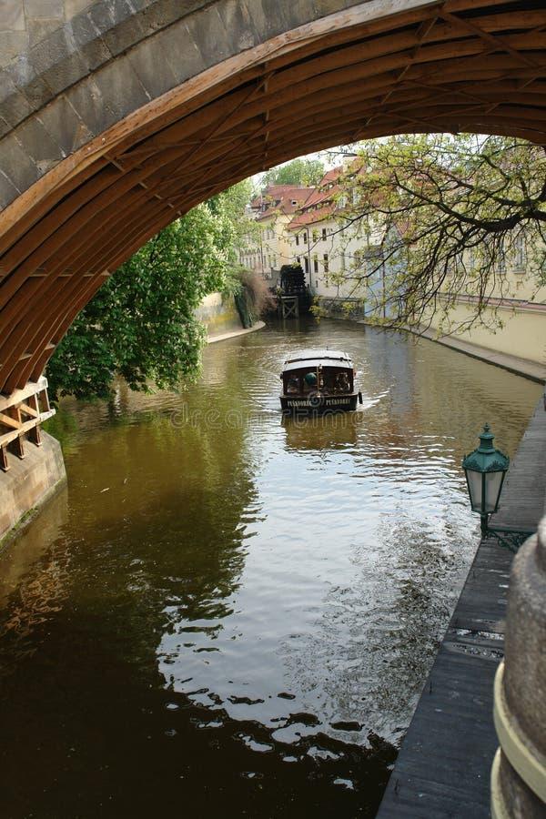 Reiten Sie ein kleines Boot zu den schönen Orten von Prag lizenzfreie stockfotos
