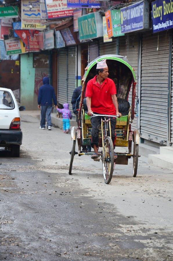 Reitendreirad der nepalesischen Leute an der Straße von thamel Markt lizenzfreie stockfotos