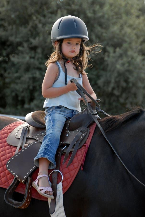 Reitenes kleines Mädchen lizenzfreie stockfotografie