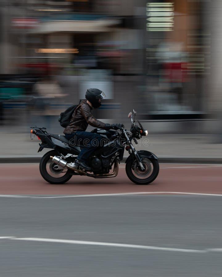 Reiter auf einem Motorrad stockbild