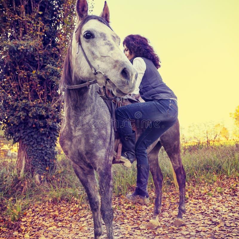 reiterin mit seinem pferd in der landschaft stockbild