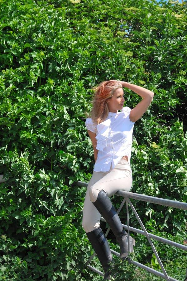 Reitmädchen auf Zaun stockfoto