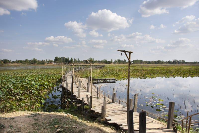 Reizen de lange houten brug van Kae Dam voor Thaise mensen en vreemdelings de reizigers die en bezoeken in Maha Sarakham, Thailan royalty-vrije stock afbeeldingen