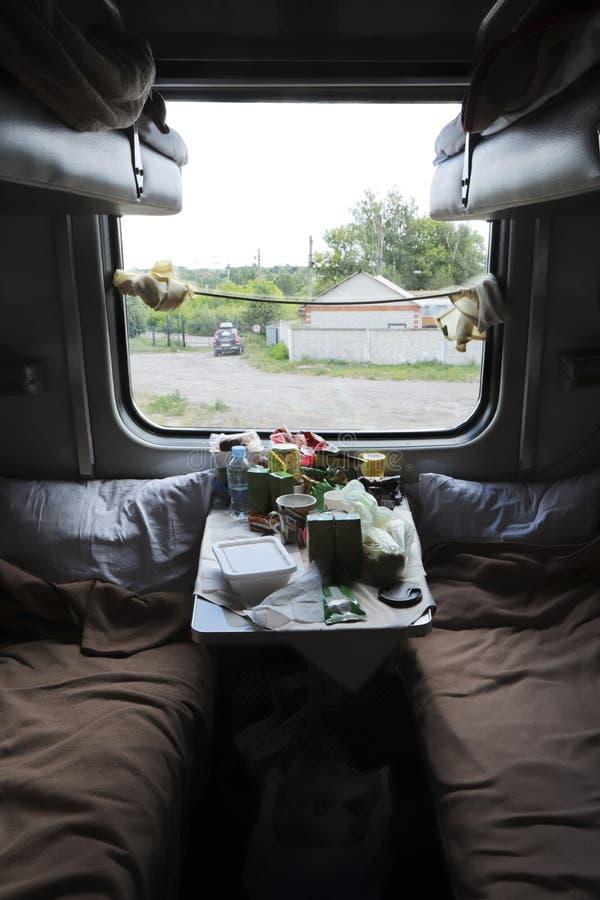 Reizen per trein Een compartiment tijdens het reizen naar een andere locatie met voedsel op de tafel stock foto's