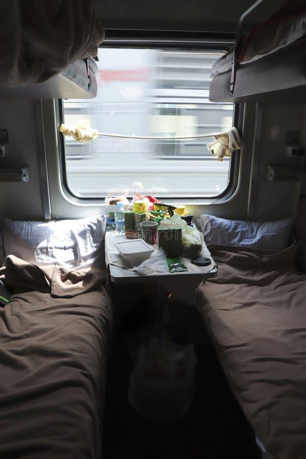 Reizen per trein Een compartiment tijdens het reizen naar een andere locatie met voedsel op de tafel royalty-vrije stock fotografie