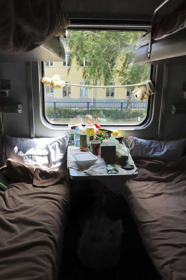 Reizen per trein Een compartiment tijdens het reizen naar een andere locatie met voedsel op de tafel stock foto