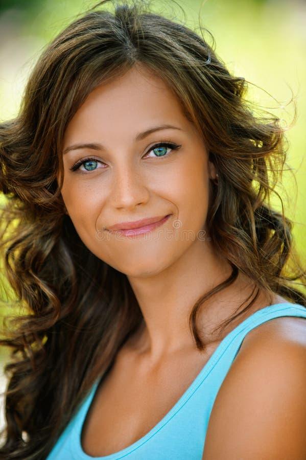 Reizend bescheidene junge Frau des Porträts stockfoto