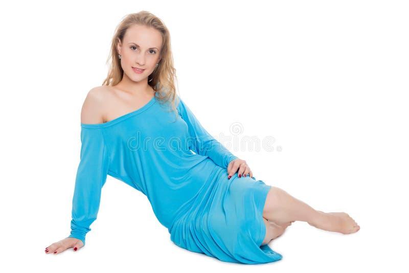 Reizend blondes Mädchen im blauen Kleid stockbilder