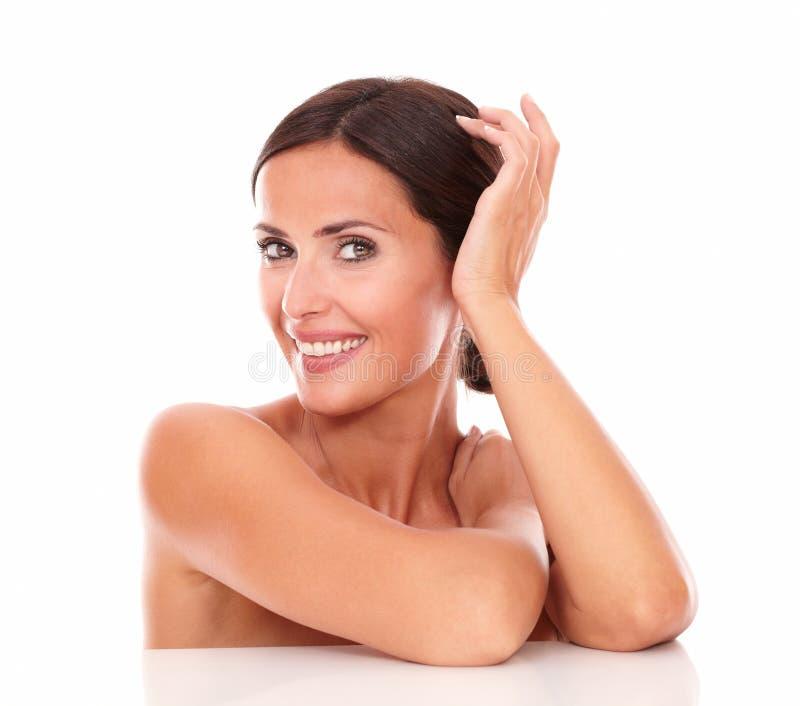 Reizend erwachsene Frau, die ihr Reinheit zeigt lizenzfreies stockbild