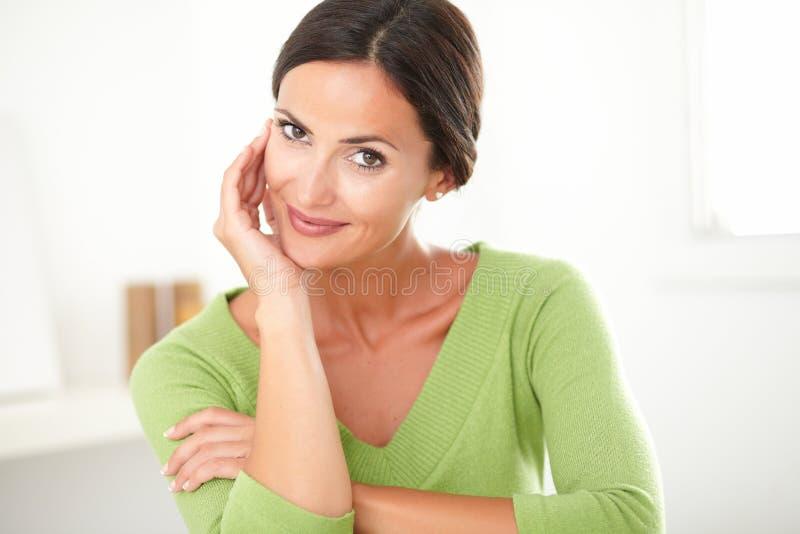 Reizend erwachsene Frau, die mit Zufriedenheit lächelt lizenzfreie stockfotos