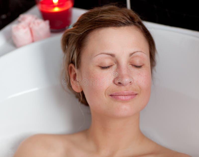 Reizend Frau, die in einem Bad sich entspannt stockbild