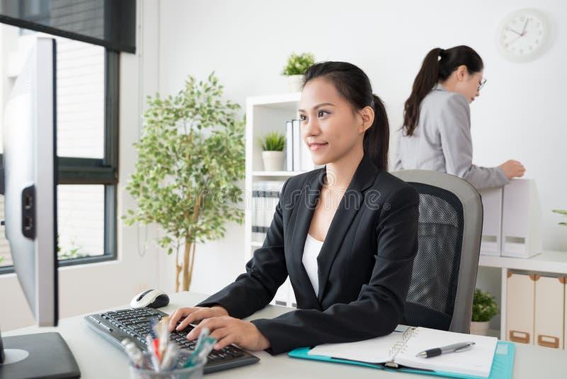 Reizend Geschäftsdame, die an Computer arbeitet stockfoto