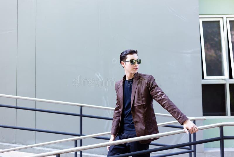 Reizend hübscher junger Geschäftsmann des Porträts Attraktiver Mann ist stockfotografie
