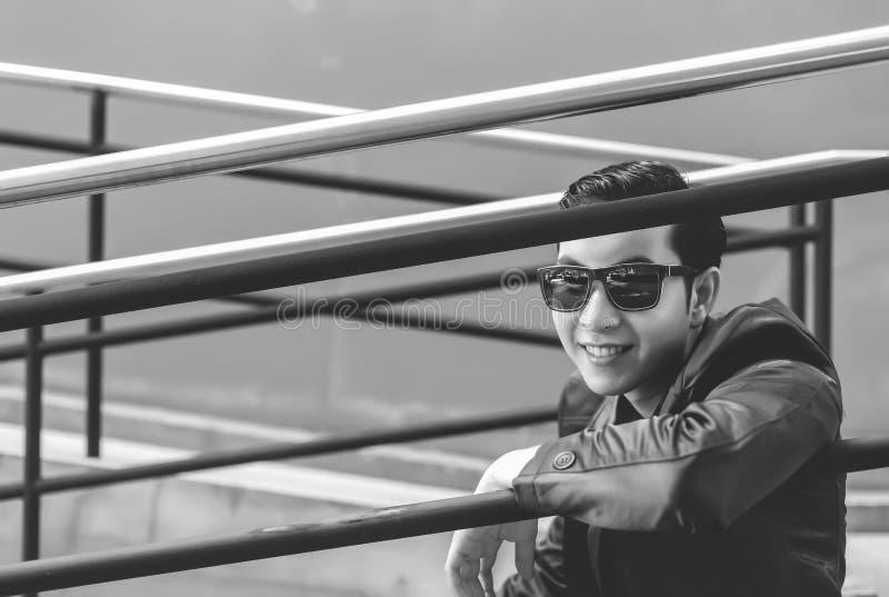 Reizend hübscher junger Mann des Porträts Attraktiver Kerl sitzt stockfotografie