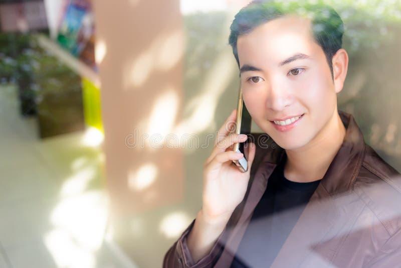 Reizend hübscher junger Mann des Porträts Attraktiver Mann spricht stockbilder