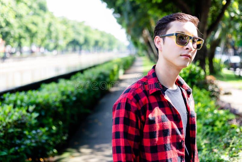 Reizend hübscher junger Mann des Porträts Attraktives Kerlabnutzung sungla stockbild