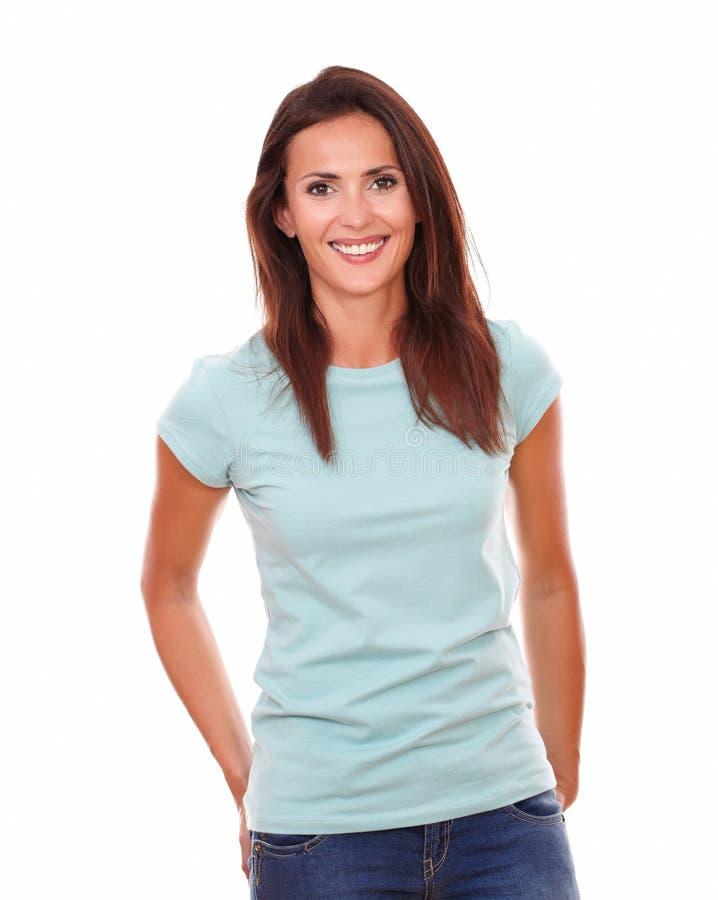 Reizend hispanische Frau, die an Ihnen lächelt lizenzfreies stockfoto