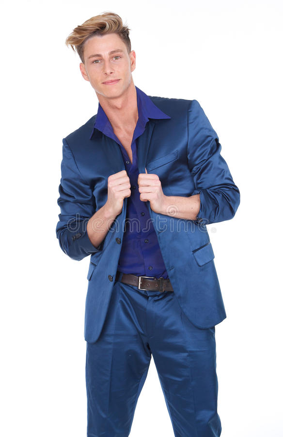 Reizend Holdinganzugsjacke des jungen Mannes lizenzfreies stockbild