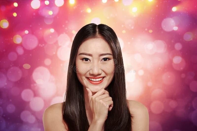 Reizend junge asiatische Frau lizenzfreie stockbilder