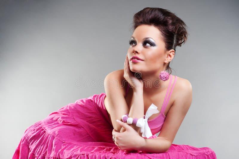 Reizend junge Frau im rosafarbenen Kleid stockfoto