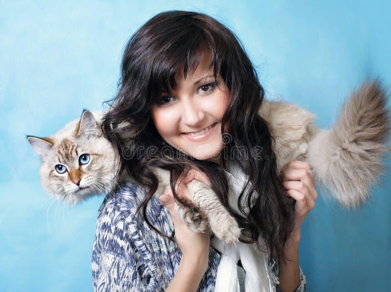 Reizend junge Frau mit sibirischer Katze stockfotografie
