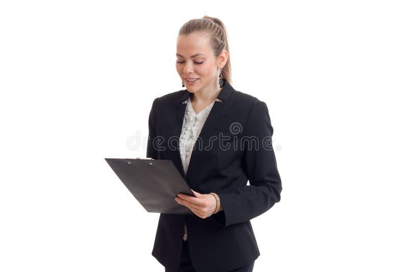 Reizend junge Geschäft Dame im schwarzen Anzug betrachtet Tablet stockfotos
