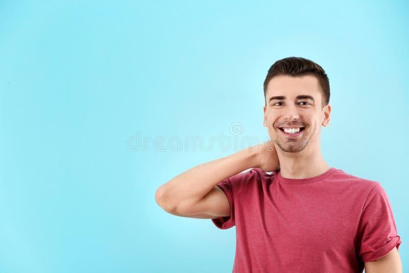 Reizend junger Mann lizenzfreie stockfotos