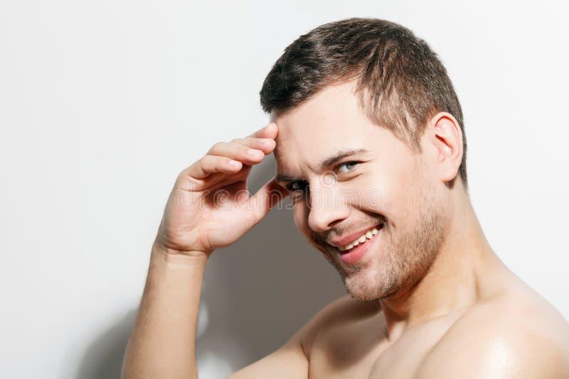 Reizend junger Mann mit frohem Lächeln stockfotos