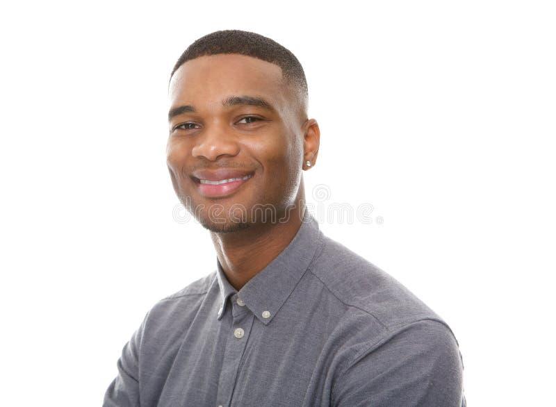 Reizend junges Afroamerikanermannlächeln stockbild