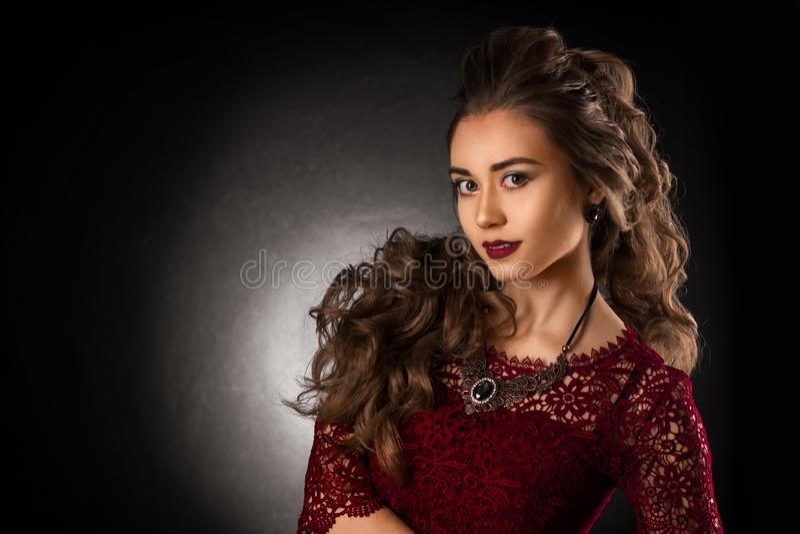 Reizend junges Mädchen mit schöner gelockter Frisur stockfotos