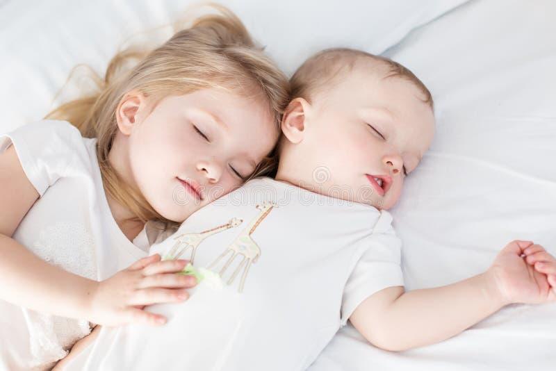 Reizend kleiner Bruder und Schwester schlafend lizenzfreie stockbilder