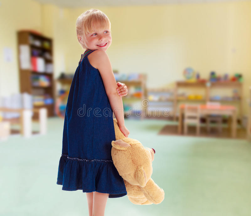 Reizend kleines Mädchen stockfoto
