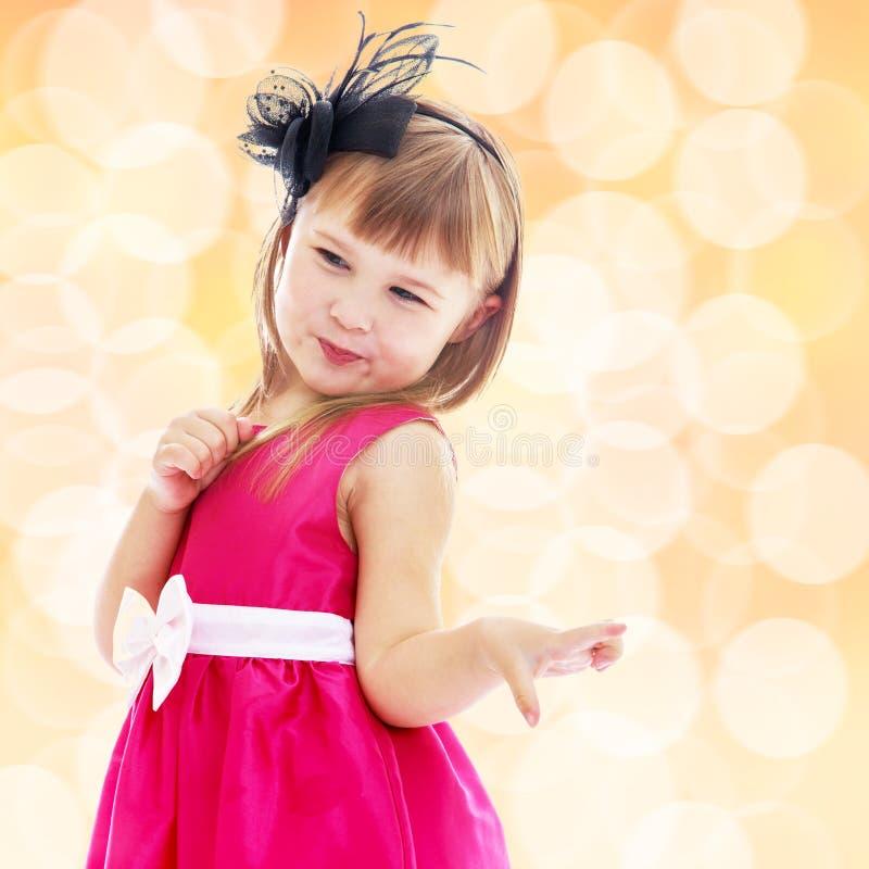 Reizend kleines Mädchen in einem rosa Kleid lizenzfreie stockfotografie