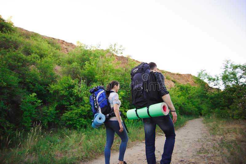 Reizend langs bergen en kust, vrijheid en actief levensstijlconcept royalty-vrije stock afbeelding