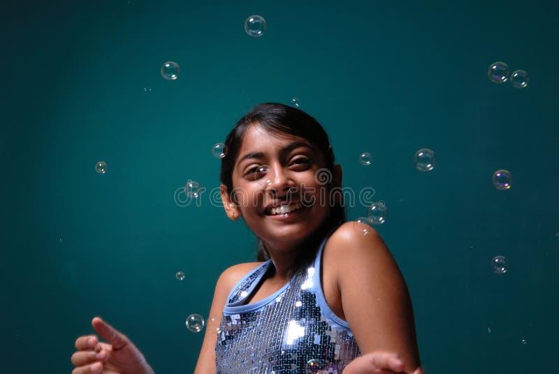 Reizend Mädchen umgeben durch Seifenluftblase lizenzfreies stockfoto