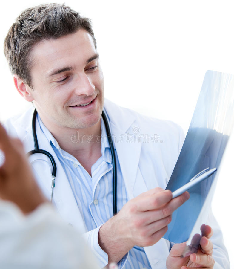 Reizend männlicher Doktor, der einen x-Strahl zeigt lizenzfreies stockbild