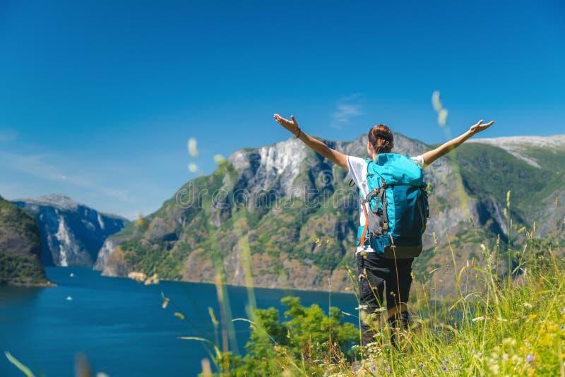 Reizend meisje dat met rugzak in van de de reislevensstijl van het bergenavontuur de vakantiesweekend Noorwegen wandelt stock fotografie