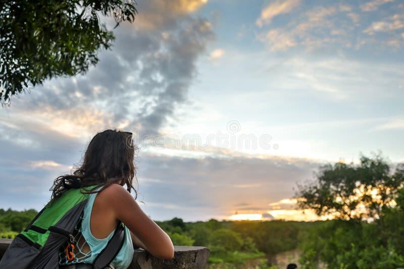 Reizend meisje die van mening genieten aan mooi landelijk landschap na zonsondergang Gelukkige vrouw die horizon in platteland be royalty-vrije stock foto