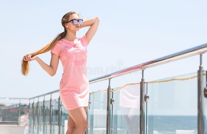 Reizend Mode-Modell-Frau in den Sonnenbrillen Schönes junges blondes Mädchen in einem modischen Kleid Seashells gestalten auf San stockbilder