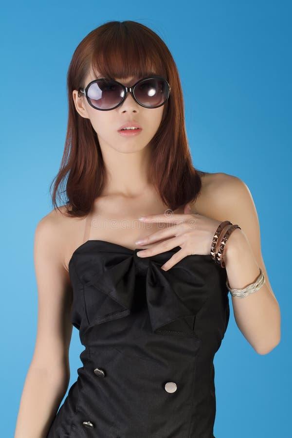 Reizend moderne junge Frau stockfotos